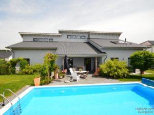 Gartenansicht mit Terrasse und Pool
