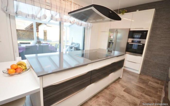 Küche mit Zugang zur überdachten Terrasse