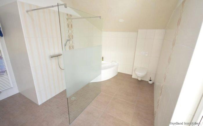 großzügiges Bad mit bodengleicher Dusche