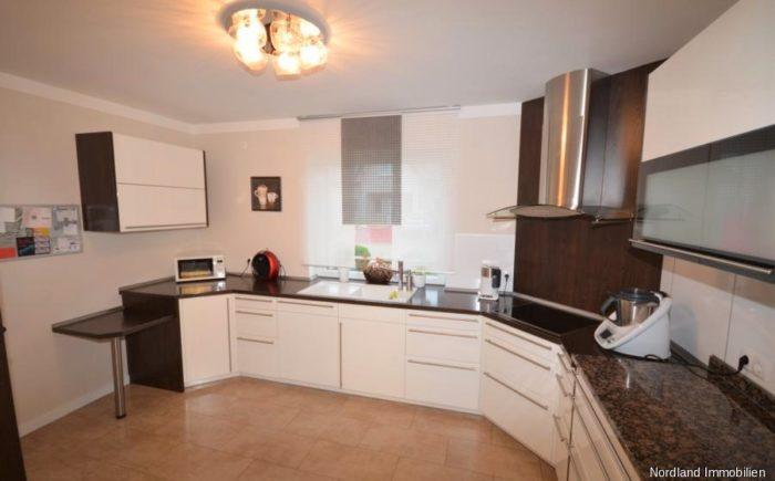 Küche mit Zugang zum Vorratraum