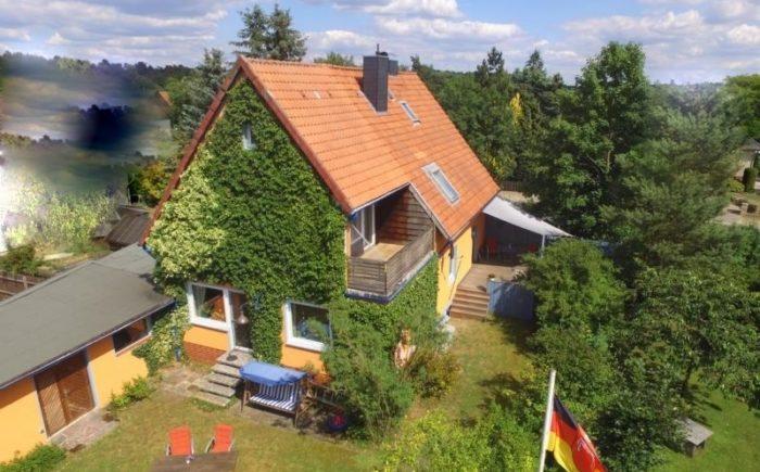 Süd-Westansicht: Haus mit Balkon, Südterrasse und Garage