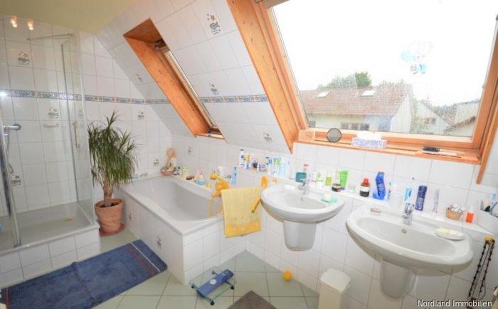Bad mit Dusche, Badewanne und Doppelwaschtisch