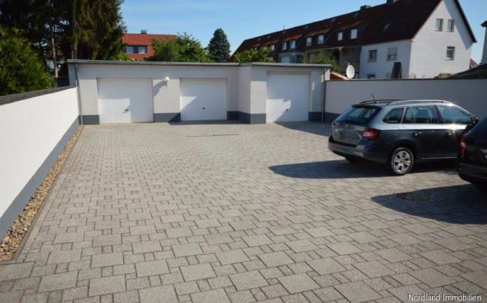 Innenhof mit Garagen und Außenstellplätzen