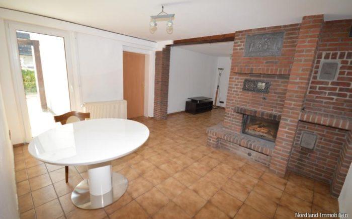 Wohn- Esszimmer mit Kamin als Raumteiler