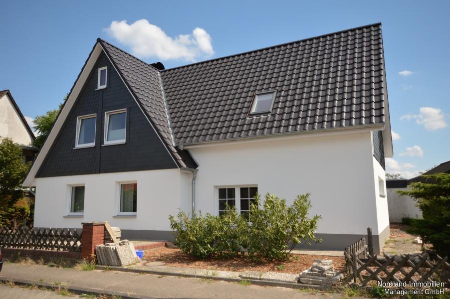 Erdgeschosswohnung mit Einbauküche, Kamin, Terrasse und PKW ...