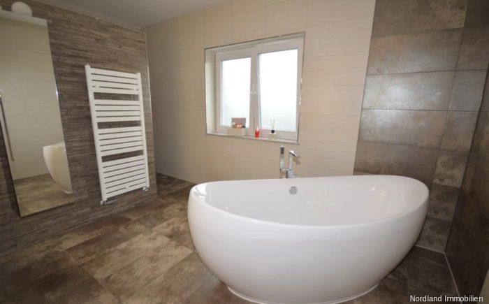 Tageslichtbad mit freistehender Badewanne