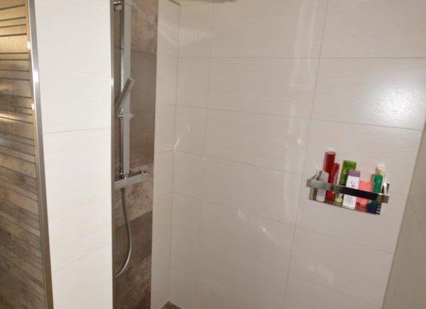 bodengleiche Dusche hinter der Trennwand