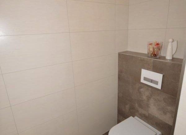 WC hinter der Trennwand