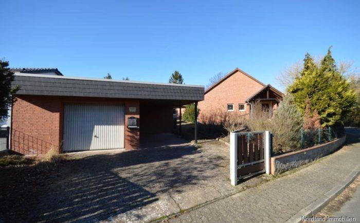 Ostansicht, Garage mit Carport und Hauseingang