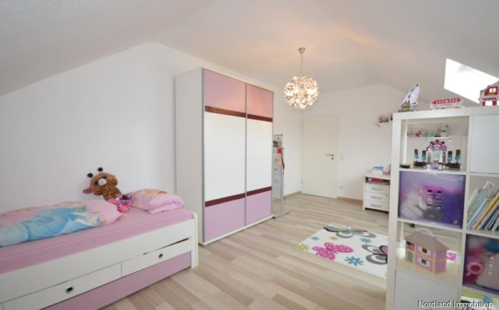 großzügiges, helles Kinderzimmer 1