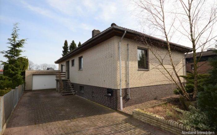 Wohnhaus mit Garage, Straßenansicht