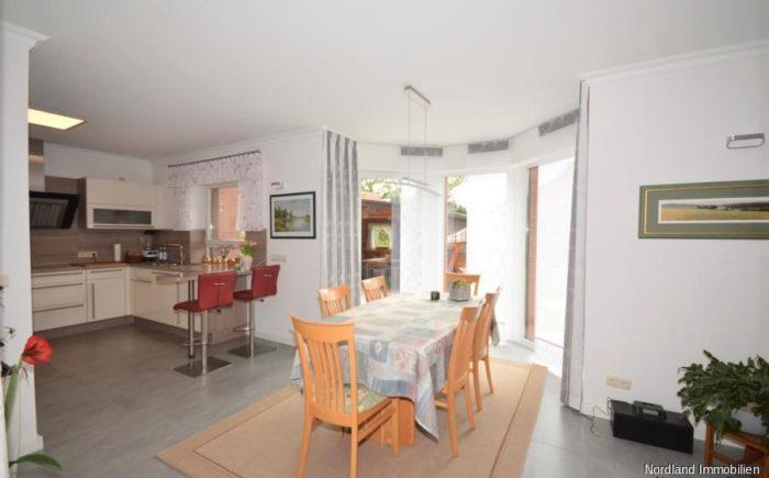 großzügiges Esszimmer mit offener Küche