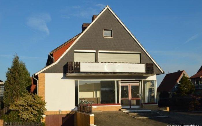 Vorderseite mit großer Schaufensterfront und Eingang Gewerbe