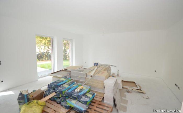lichtdurchflutetes Wohnzimmer mit bodentiefen Fenstern