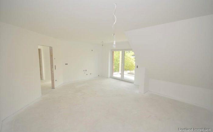 lichtdurchflutetes Wohnzimmer mit offener Küche