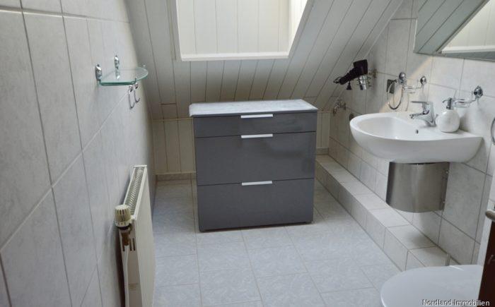 Badezimmer mit Dusche im Dachgeschoss