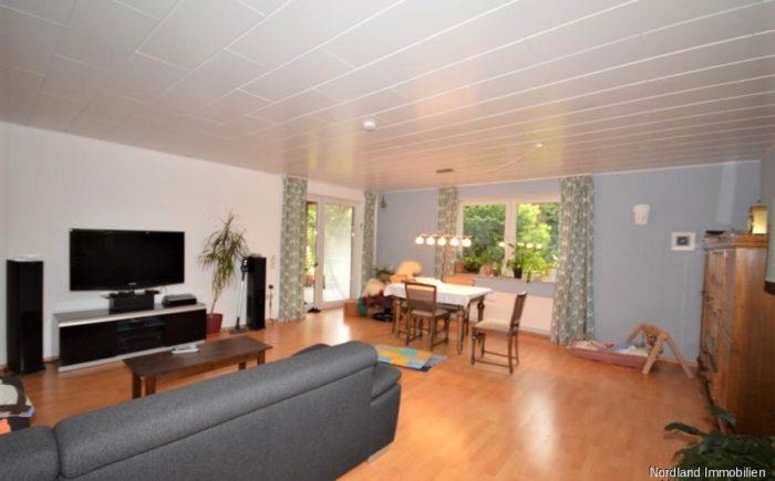 großzügiges Wohnzimmer mit Zugang zur Terrasse