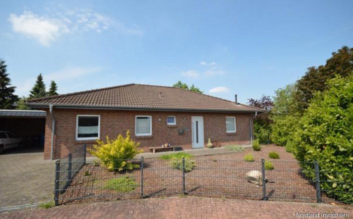 Hauseingang mit Vorgarten und Carport