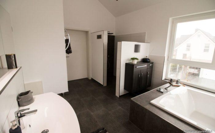 Obergeschoss Badezimmer.png