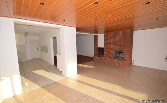 Lichtdurchfluteter Essbereich mit Blick ins Wohnzimmer und Küche