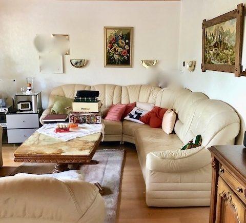 Wohnzimmer mit Zugang zur verglasten Loggia