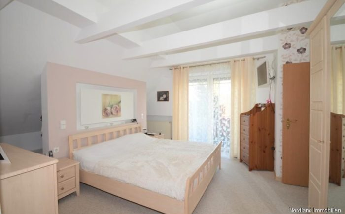 Schlafzimmer mit Ankleide, Duschbad und Balkon