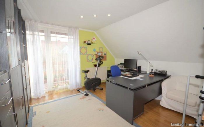 Büro oder Kinderzimmer mit Treppe zum ausgebauten Dachboden und Zugang zum Balkon