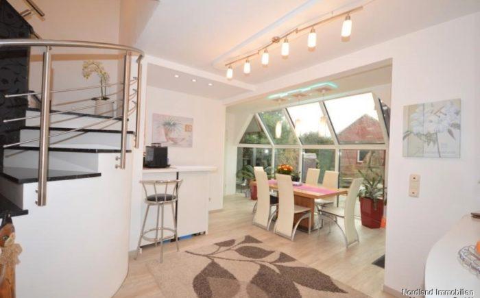 helles Esszimmer mit offener Granittreppe ins Dachgeschoss
