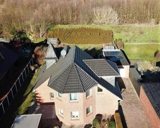 Wohnhaus, Garage, Carport und Blick ins Grüne