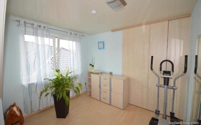 Büro oder Kinderzimmer mit begehbarer Ankleide