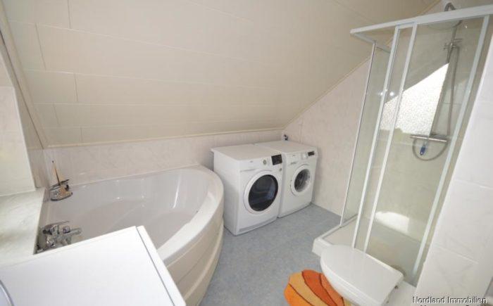 Badezimmer mit Wanne und Dusche im Dachgeschoss