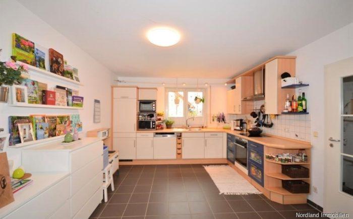 große zum Wohnbereich offene Küche