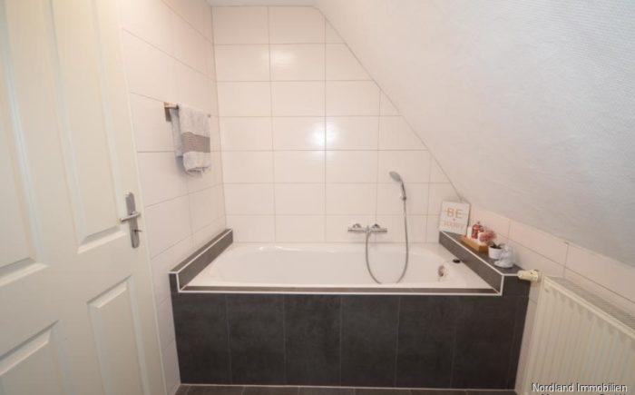 Bad im Dachgeschoss mit Badewanne