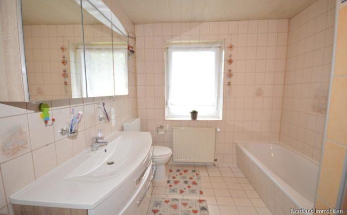 Tageslichtbad mit Dusche und Badewanne