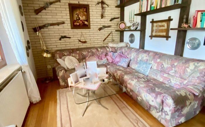 Kleines Wohnzimmer oder Arbeitszimmer im Erdgeschoss