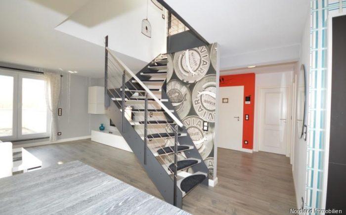offener Wohnbereich mit Treppe zur Studioetage